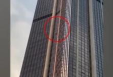 心惊胆战 男子徒手攀爬209米高楼