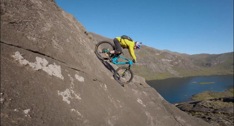 苏格兰男子骑自行车从高山俯冲而下