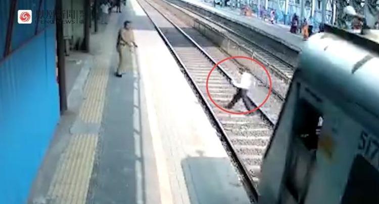 印度男子横穿铁轨鞋被卡掉 他竟搞出神操作