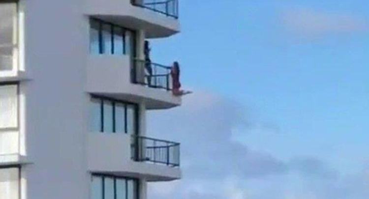 为拍出完美照片 澳大利亚一女子爬出11楼阳台
