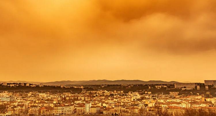 """撒哈拉沙尘暴""""漂洋过海"""" 把欧洲天空染成橙色"""