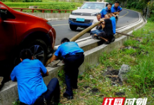 游客车轮陷水沟 德夯景区工作人员奋力施救