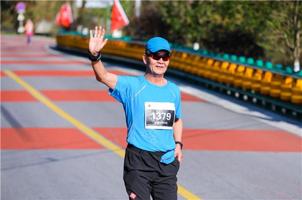"""李栓科:""""马拉松是一项非常个人的运动,非常随性,乐在其中,即使个人放弃也不会影响团队比赛,所以,可以跑慢一点,也可以跑一跑再走一走,只要自己不放弃,坚持到最后一刻完赛也是胜利。"""""""