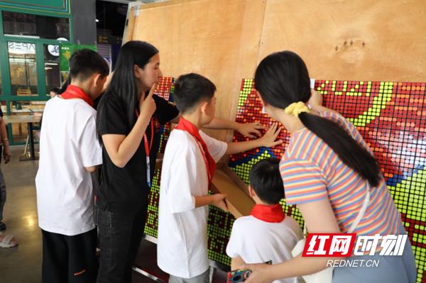 长沙奇趣魔方校长文霜介绍,此次魔方拼图世界纪录挑战活动,年龄最大的孩子14岁,最小仅4岁。