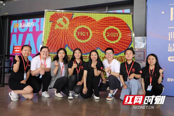 """记者从长沙乐运魔方获悉,为庆祝中国共产党成立100周年,6月5日举办了""""最多城市魔方拼图""""世界纪录认证挑战活动,邀请50多名魔方爱好者用1200个魔方拼成了一幅大型魔方拼图。"""