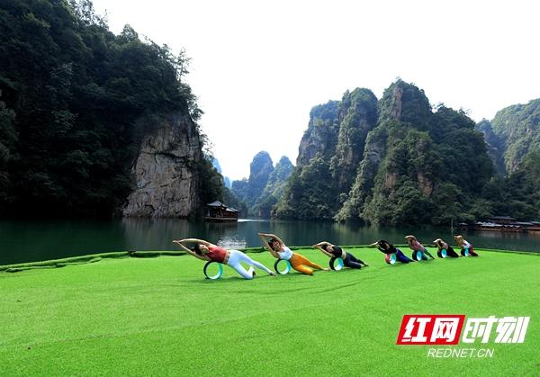 9月24日,瑜伽爱好者聚集在湖南张家界武陵源宝峰湖景区练习瑜伽,在秋日的阳光下舒展身心,感受人与自然山水的和谐之美。吴勇兵 摄