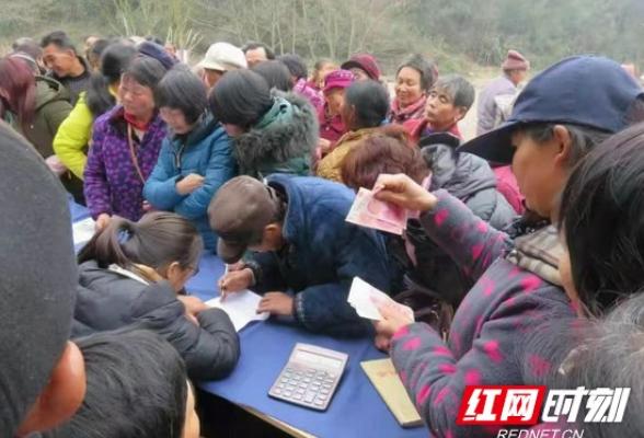 怀化沅陵:茶企现场兑付农民工资和贫困户红利