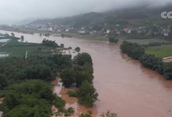 我国南方多地出现强降雨 各部门启动应急预案积极抢险救援