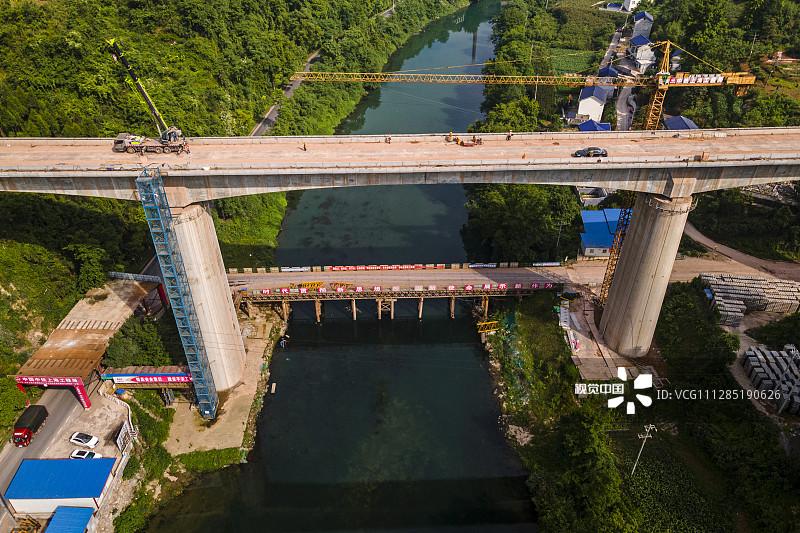 2020年5月24日,张吉怀高铁湖南吉首市段峒河特大桥,工人在施工。张吉怀高速铁路是湖南省境内一条联通张家界市、吉首市、怀化市的高速铁路,于2016年12月18日正式开工建设,预计将于2021年7月前建成通车。全长约246.6千米 ,全线设张家界西站、芙蓉镇站(永顺站)、古丈西站、吉首东站、凤凰站、麻阳西站、怀化南站等7座车站,设计速度350千米/小时。