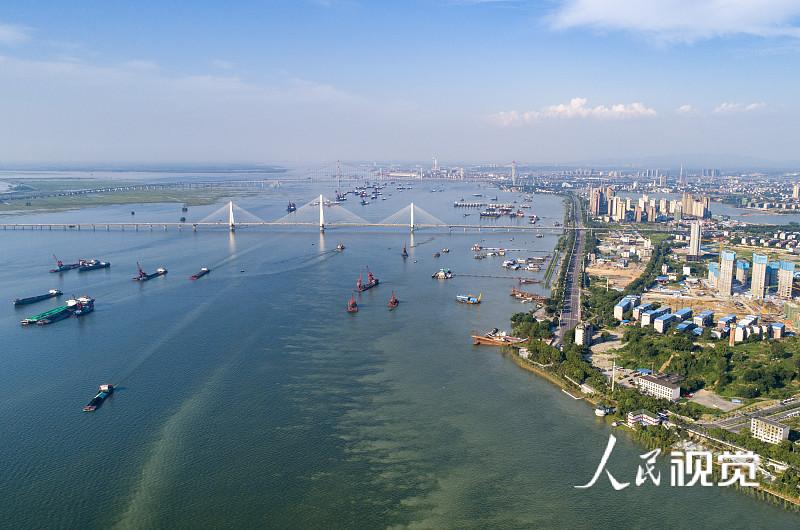 2020年7月30日,湖南岳阳,洞庭湖与长江交汇处,水位仍然很高。