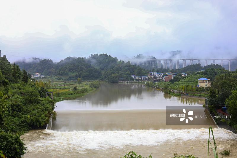 2020年9月15日,湖南省湘西土家族苗族自治州吉首市石家冲街道峒河水位上涨。连日来,湖南湘西土家族苗族自治州遭遇降雨天气,导致部分河流水位上涨。
