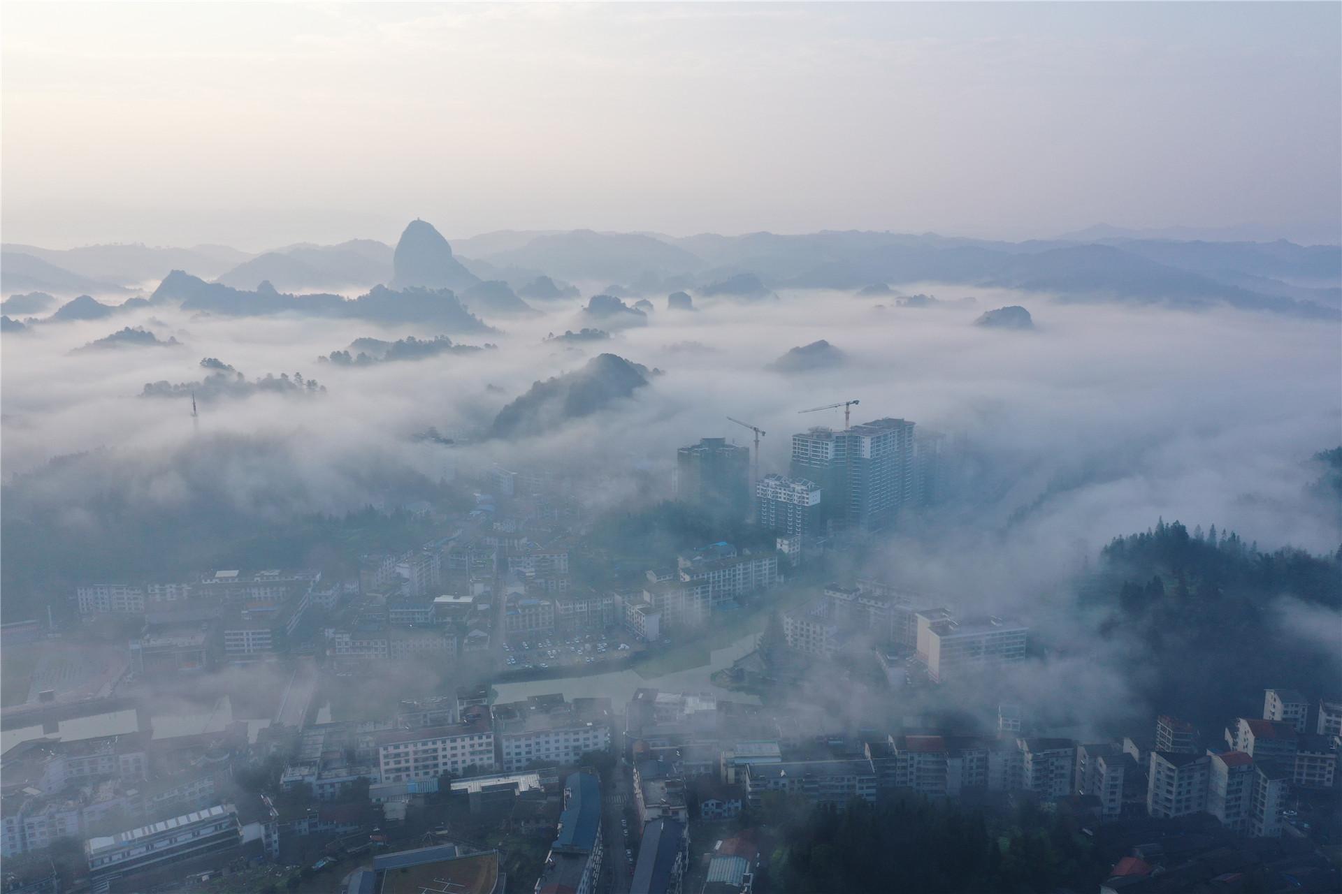2021年2月22日,湖南怀化,俯瞰通道侗族自治县县城晨景。