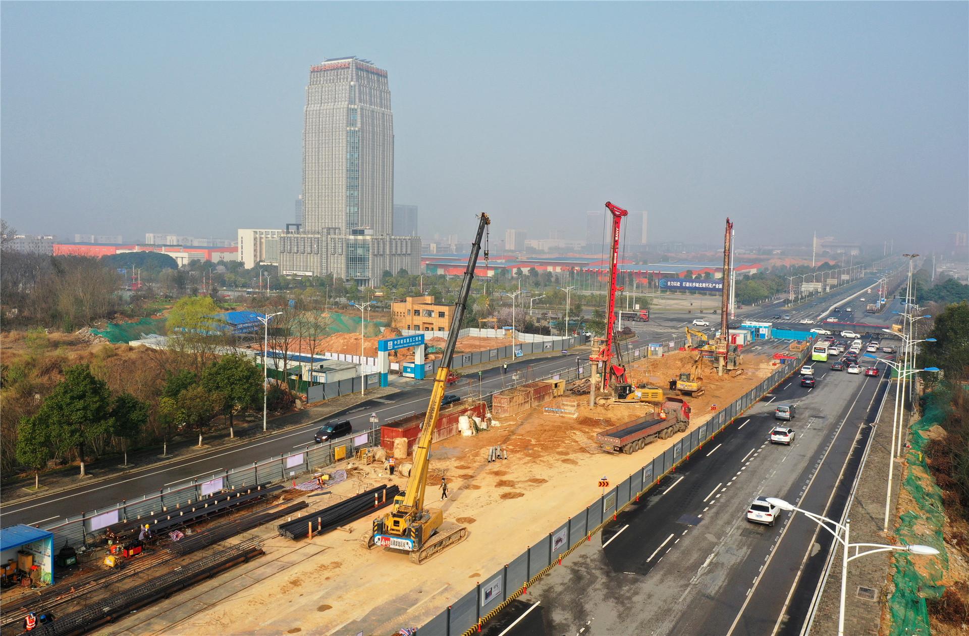 2021年2月23日,长沙市轨道交通1号线北延一期工程青竹湖路站施工现场,几台旋挖机正在打桩施工,施工人员在加紧作业。该站所属的中建五局一期土建二项目部于正月初六正式复工,120余名施工及管理人员全部到岗。青竹湖路站共有主体桩88根,目前已完成14根,剩余桩预计于3月底全部完成。据了解,长沙轨道交通1号线北延一期工程北起彩霞路站,南端止于开福区政府站,全长9.839km,设站5座,项目于2020年10月开工建设,目前全面进入主体桩基