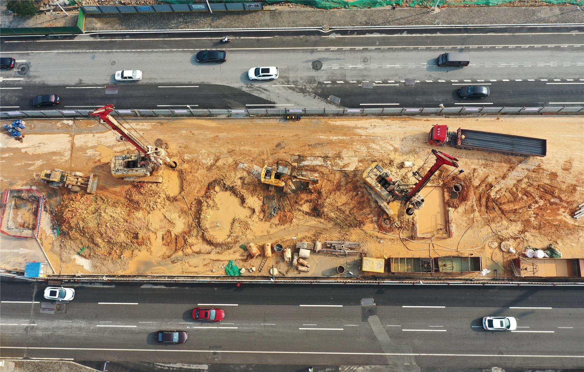 2021年2月23日,长沙市轨道交通1号线北延一期工程青竹湖路站施工现场,几台旋挖机正在打桩施工。