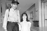 """女(nv)孩雙腿畸形不能(neng)行走 鄰居當了七年""""拐(guai)杖"""""""