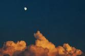黑夜邂逅白天的美 当莲城的秋月遇上火烧云(组图)