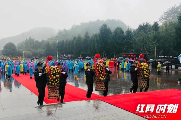 潭商大会 | 嘉宾代表在毛泽东广场重温潭商宣言