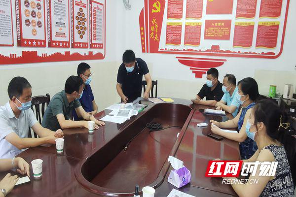 邓礼辉一行来到贺家土小学进行新冠疫情防控、防溺水工作督查指导