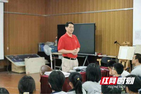 同济大学教授张继彤来株洲市十八中调研美术特色办学