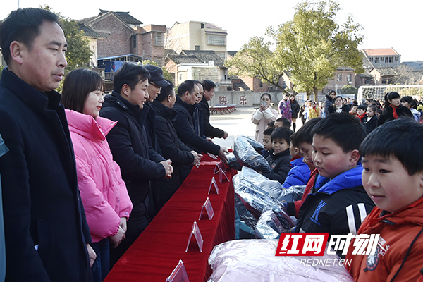 【湖南红网】捐赠棉衣 湖南交通工程学院以爱心行动温暖留守儿童