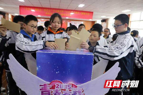 """xueshengjiangxintoudizhi""""shiguangxinxiang"""".jpg"""