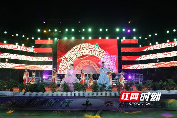 肢残演员青年歌手邹艳婷、盲人歌手卢丹共同演唱《幸福中国一起走》。.jpg