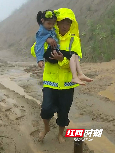 因现场滞留车辆较多,机械设备未能及时调配进场,路政人员纷纷挽起裤管徒手清理砂石,解救被困在泥石流的车辆和群众。