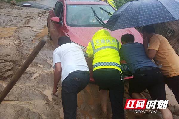 截至目前,干线公路G536、G354多处路口路面冲积有砂石,S332线多处落石,G241全线无新增塌方,公路畅通;因暴雨造成农村公路塌方共计28处,其中九统K3+800M处、木溪K14+600M处、谭让线K7+100M处交通中断,目前溆浦县公路建设养护中心正在全力抢修。