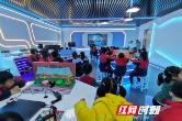 在VR实景中自救逃生 长沙小学生期末开展安全教育测评