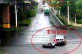 实拍!男子骑电动车闯红灯被小车撞飞 ......