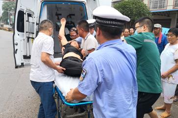 常德鼎城区:三轮翻车乘客受伤 交警护航救援