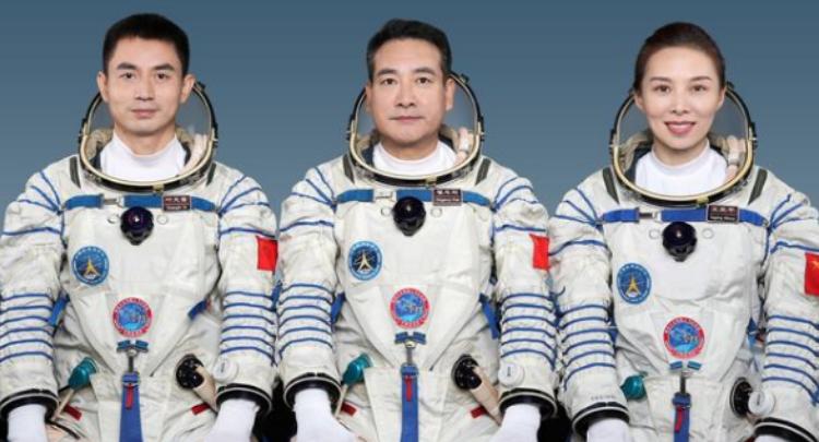 视频丨男女搭配 3名神舟十三号航天员亮相