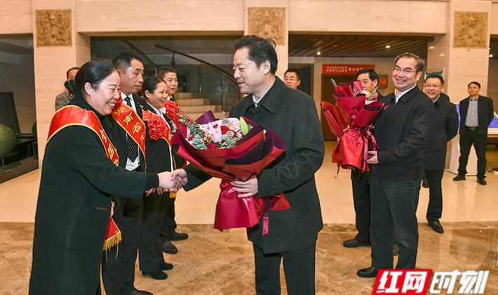 虢正贵、刘革安会见全国和省级劳动模范及先进工作者