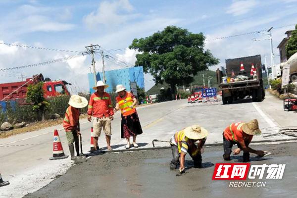 江华公路养护职工对公路进行换板场景_副本.png