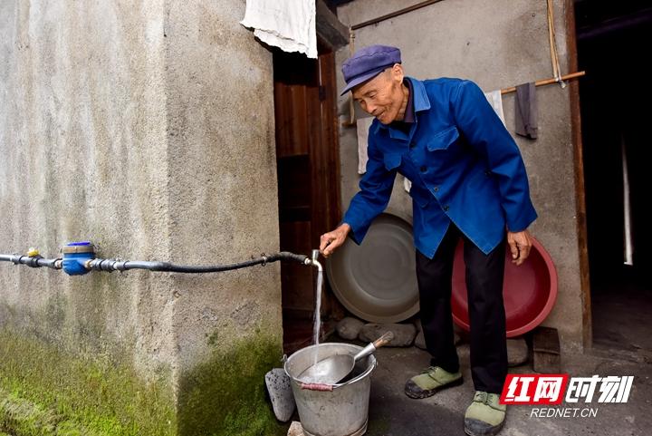 1、熊宗荣在家门口就能接饮用水。_副本.jpg