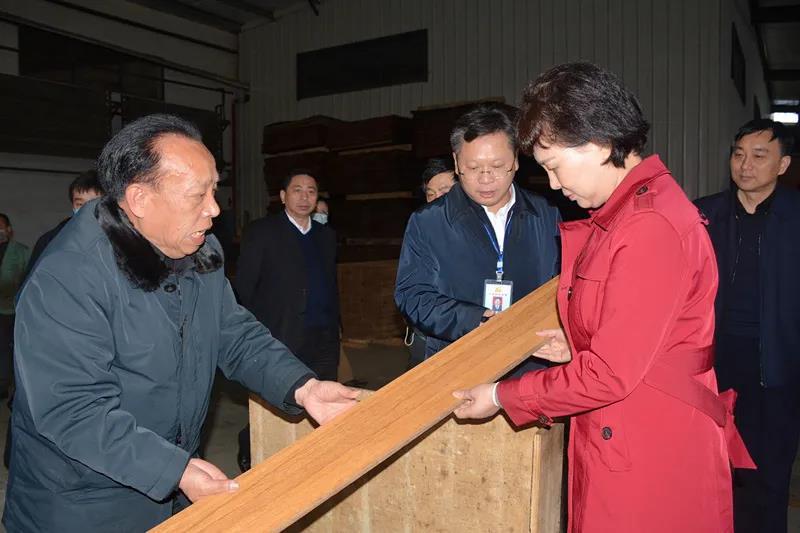 黄兰香考察桂东县众意竹木加工厂。