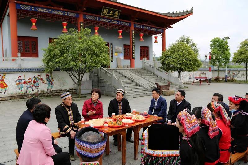 黄兰香在资兴市唐洞街道茶坪瑶族村,与瑶族同胞交流。
