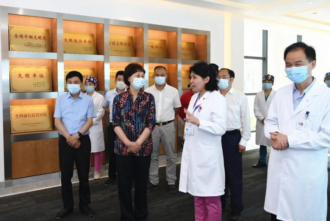 黄兰香一行前往宁儿妇产医院进行调研。