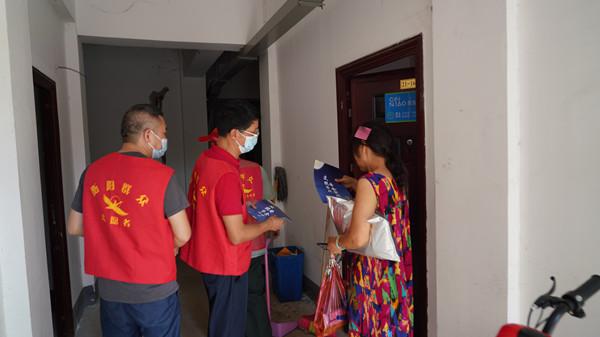 衡阳市人大机关的志愿者在居民家里开展创文创卫宣传.jpg