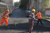 慈利县高峰土家族乡中学:铺设沥青路 校园旧貌换新颜