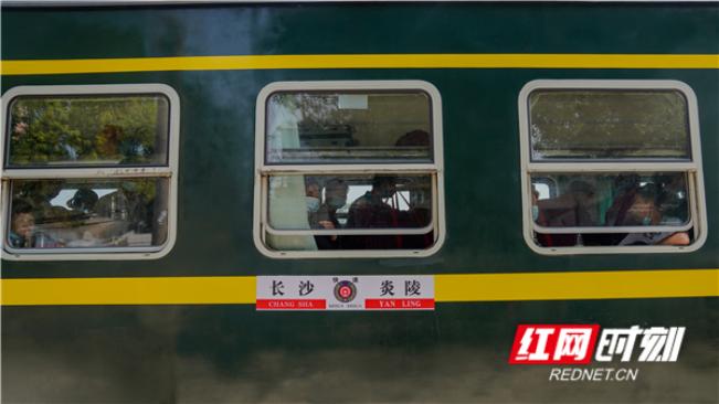 醴茶铁路上的绿皮火车。.png