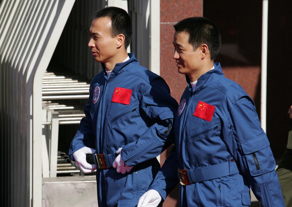 2005年10月17日,神六顺利返回后航天员乘专机抵达北京。航天英雄费俊龙和聂海胜抵达北京航天城。_副本.jpg
