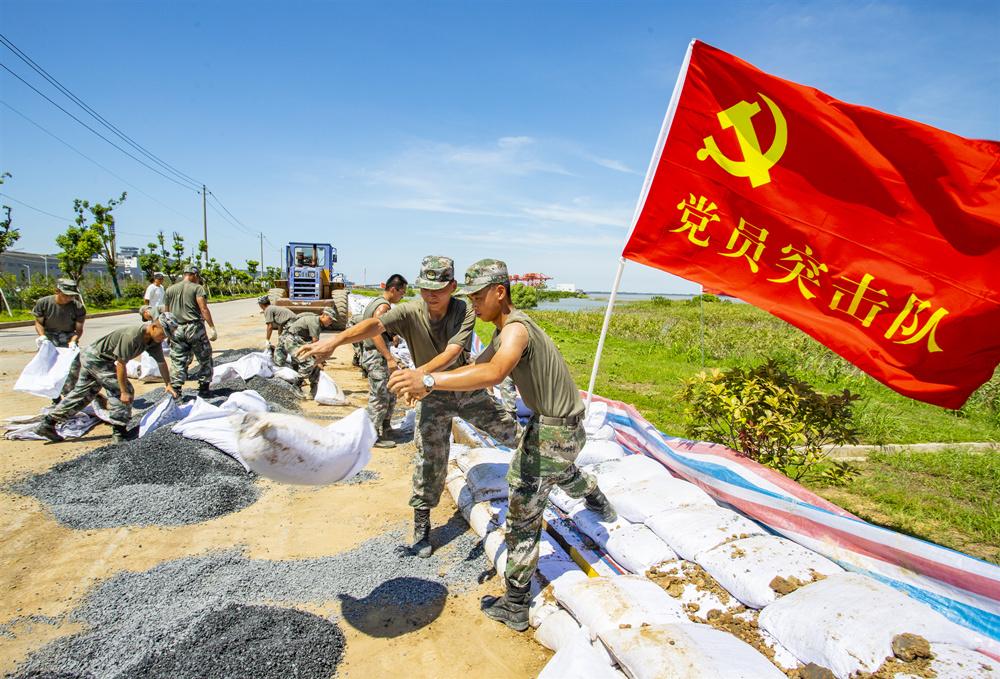 2020年8月2日,驰援江西省湖口抗洪抢险的官兵正在长江干堤,头顶烈日,挥汗如雨,_副本.jpg