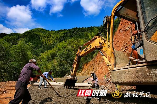 4  组织村民出义工修建通组公路_副本.jpg