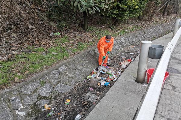 养护人员在G4京港澳高速清理边沟垃圾。.jpg
