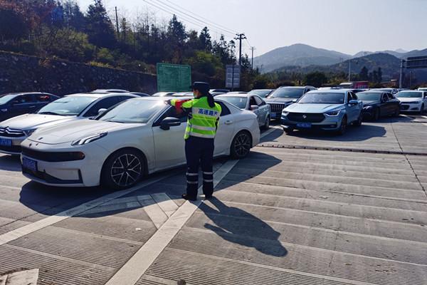 路管员在郴州西收费站指挥车辆有序通行。.jpg