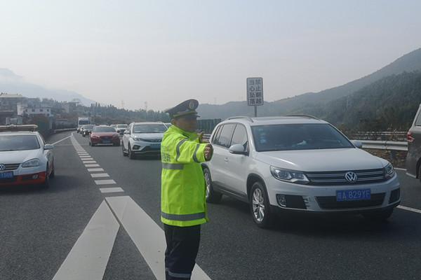 路管员在G0422武深高速郴州段指挥车辆有序通行。.jpg