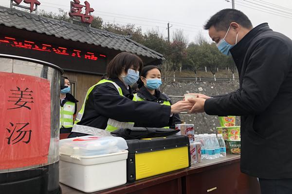郴州西收费站志愿者为司乘提供姜茶等热心服务.jpg