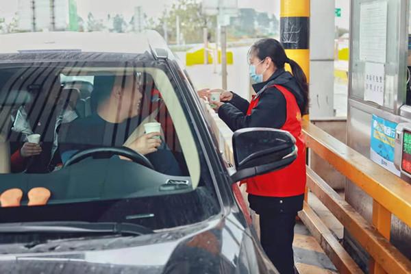 嘉禾收费站志愿者热心为司乘提供热水。.jpg
