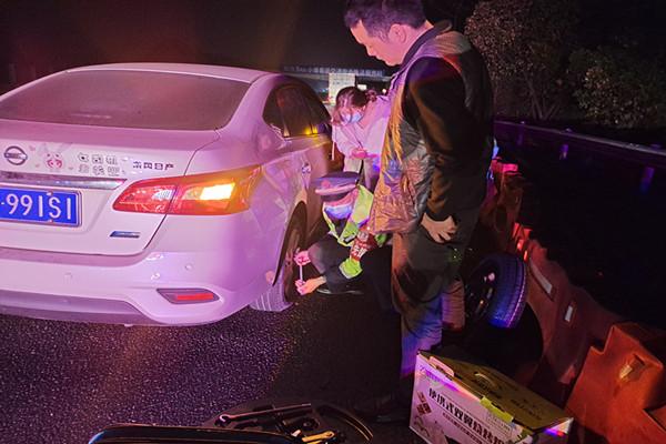 宜章路产大队路管员热心为司机更换备胎。.jpg